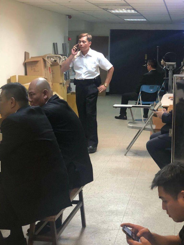 圖片說明 : 亞洲廣場大樓管委會疑似找來黑衣人於中控室助陣。