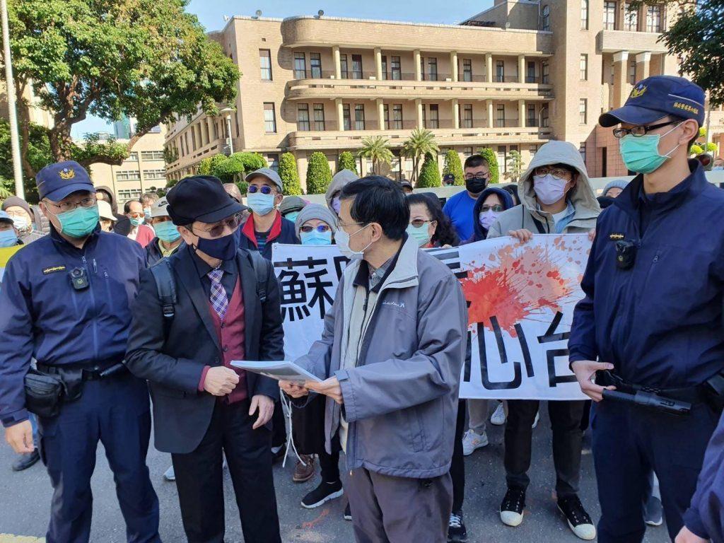 圖片說明: 人權律師林永頌遞交陳情書予行政院代表。