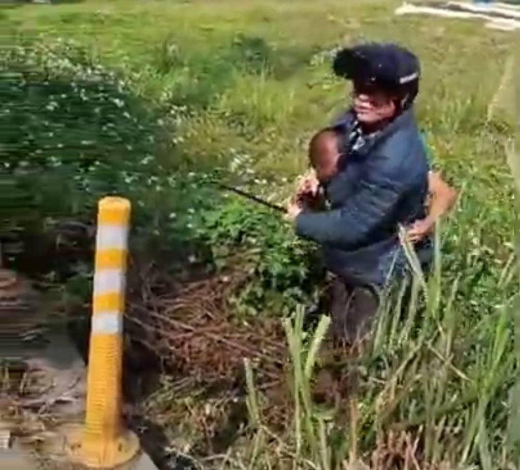圖片說明 : 「黑豬」身上帶著俗稱肉魯仔的兇器等待被害人下班,若不是「正義哥」林先生(戴安全帽者)當場加以制伏,後果令人不堪設想。(記者林鈞澤攝)