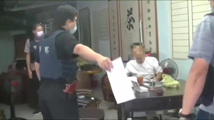 圖片說明 : 警方經過數日的埋伏監控,持拘票前往太昌村一間民宅,以優勢警力包圍主建物。(記者林秀貞∕翻攝)
