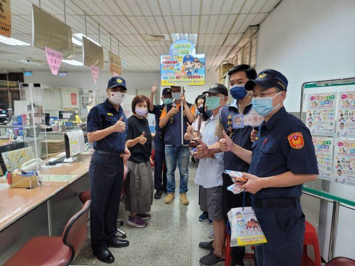 圖片說明 : 永和警分局部署警力戒護現金外,宣導防治犯罪。(記者林秀貞∕翻攝)