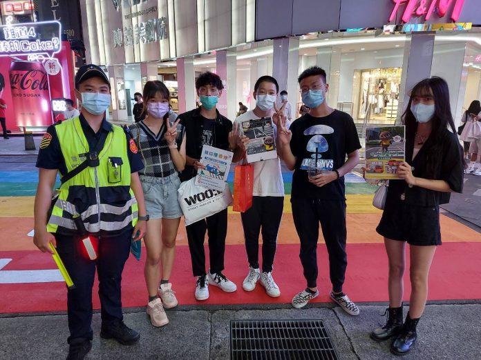 圖片說明:萬華分局在西門町舉辦交通安全宣導快閃活動。(記者馬治薇翻攝)