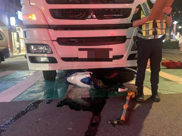 圖片說明:混凝土預拌車駕駛停等紅燈時未注意前方有重機,因而推撞致其倒地。(記者宋紹誠翻攝)
