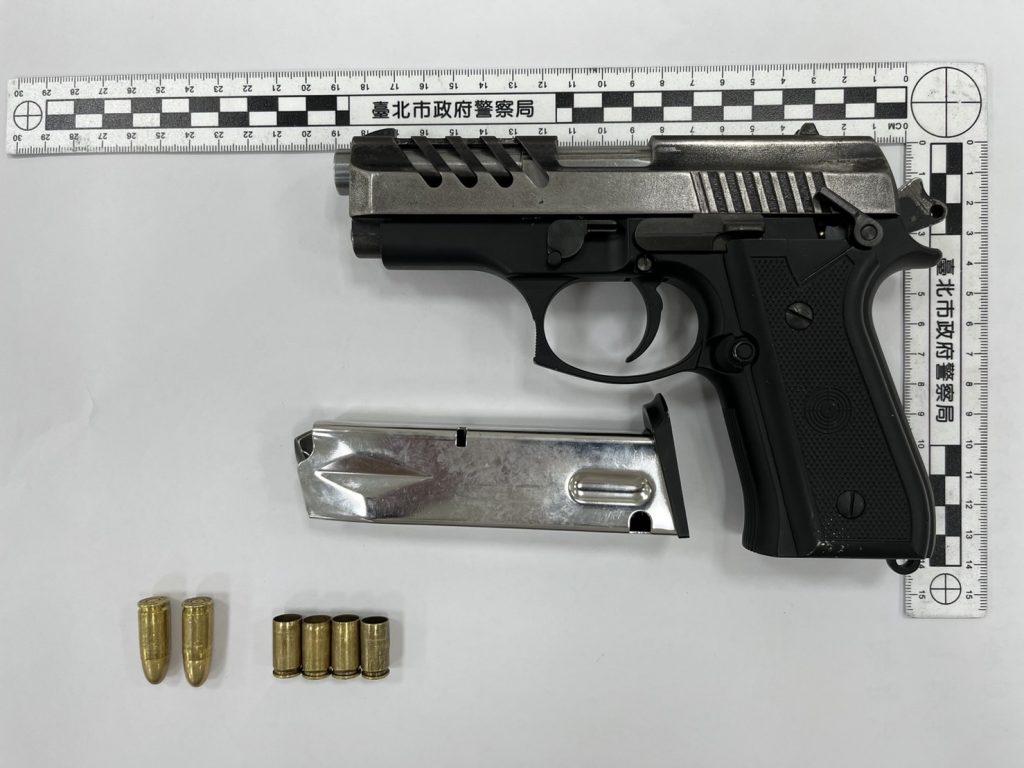 圖片說明:警方查扣改造槍枝1把、子彈2顆、彈殼4個等證物。(記者葉鈞宇翻攝)