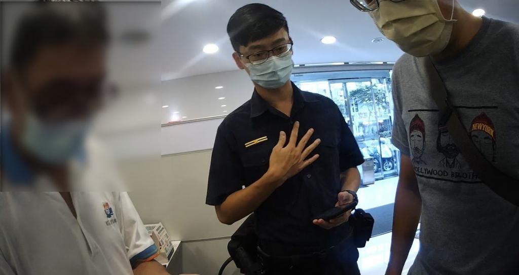 圖片說明: 員警向劉姓老翁解釋假博弈網站投資詐騙手法。(記者林艾錡翻攝)