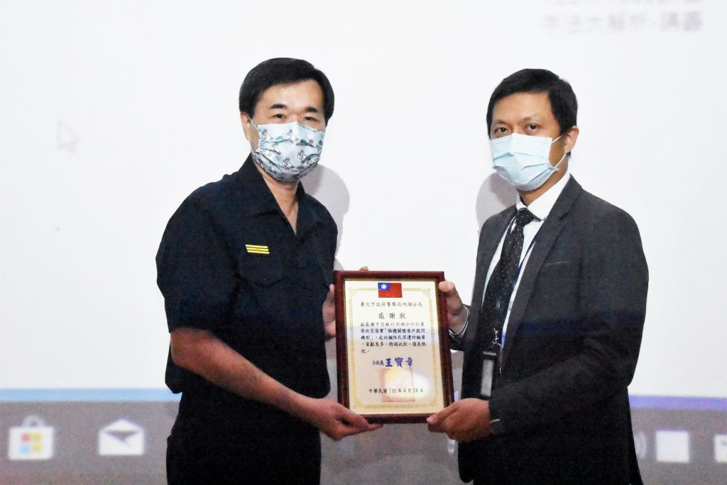 圖片說明: 分局長王寶章頒發感謝狀給行員。(記者林艾錡翻攝)