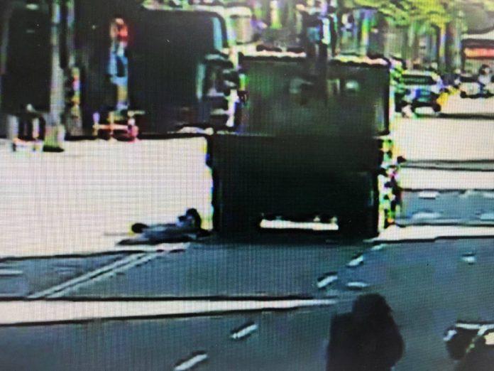 圖片說明:老先生違規穿越馬路經大貨車前方卻遭撞並輾過雙腿。(記者馬治薇翻攝)