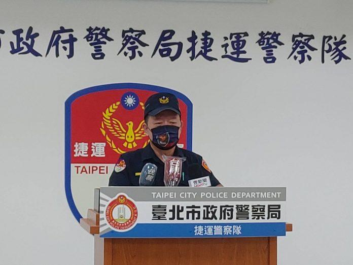 圖片說明:捷警隊第二分隊分隊長王碧泉請明案情。(記者馬治薇翻攝)