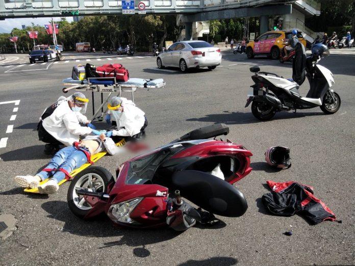 圖片說明:國慶假期期間,臺北市大安區和平東路與新生南路口,發生1件普通重機車擦撞的交通事故。(記者宋紹誠翻攝)